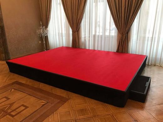 Pódium do rozměru 4x3m (12m2), výška max. 60cm.
